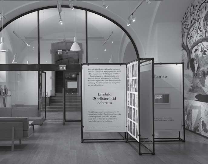 Bild på utställningen med texten: Livsbild 20 röster i tid och rum