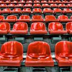 Bild på tomma röda stolar