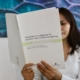 Kvinna läser FN-konventionen UNCRPD
